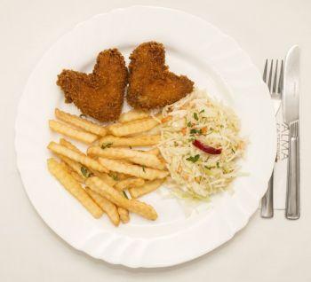 Aripioare crispy cu cartofi prăjiți și salată de varză albă  / salată de varză murată