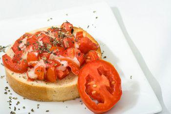 Bruschette cu roșii și mozzarella