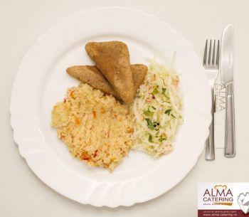 Cașcaval pane cu pilaf de orez și salată de varză albă  / salată de varză murată