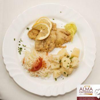 Cod prăjit cu cartofi natur și salată de varză albă  / salată de varză murată