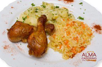Copănele de pui la tavă cu cartofi țărănești și salată de varză albă  / salată de varză murată