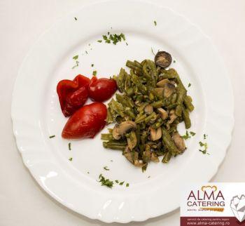 Fasole verde cu ciuperci și salată de gogoșari în oțet