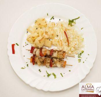 Frigărui de pește cu cartofi gratinați și salată de varză  / salată de varză murată