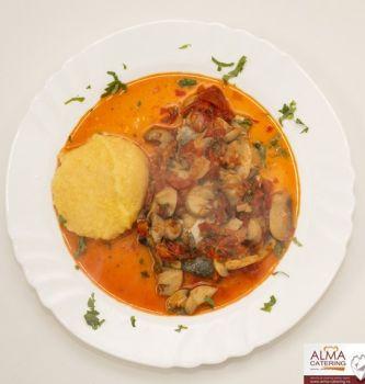 Pește cu legume la tavă și mămăliguță