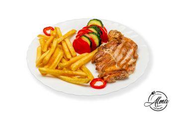 Ceafă la grătar cu cartofi prăjiți și salată de roșii cu castraveți  / salată de varză murată