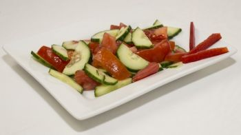 Salată de roșii și castraveți