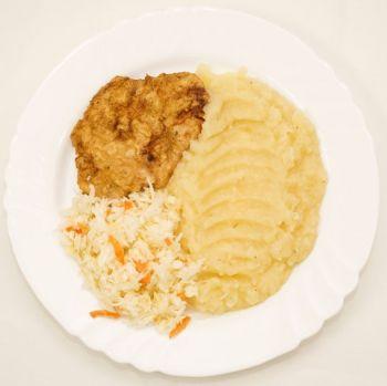Șnițel cotlet cu piure de cartofi și salată de varză albă  / salată de varză murată