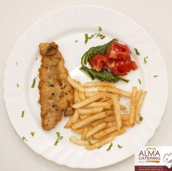 Șnițel de pește cu cartofi prăjiți și salată asortată  / salată de varză murată