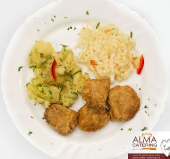Șnițel de soia cu cartofi țărănești și salată de varză albă  / salată de varză murată